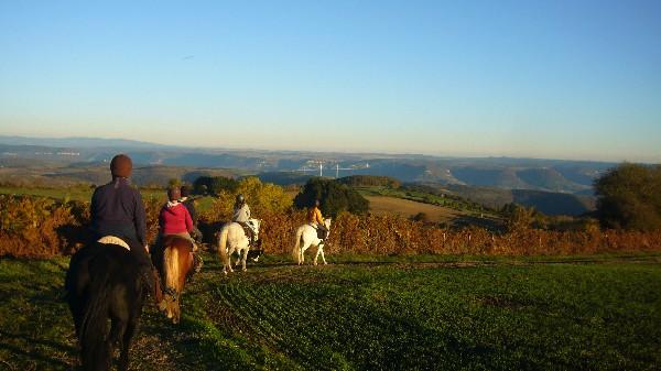 En randonnée, vue sur le viaduc de Millau